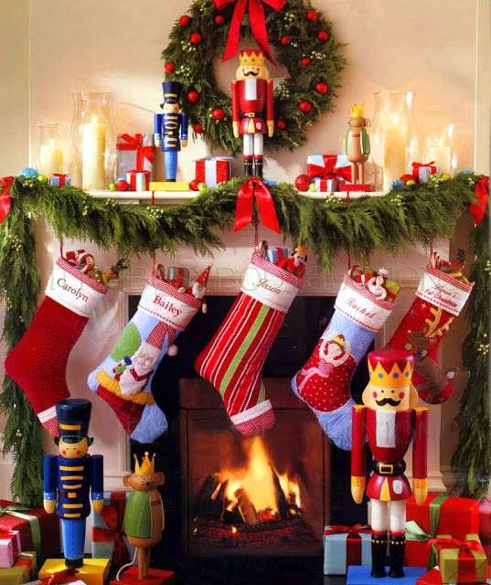 A pesar de que este año apostamos por las decoraciones navideñas más simples y minimalistas, crear un rincón lleno de magia, sorpresas e ilusión para los peques es imprescindible. Intenta respetar una gama cromática neutra y equilibrada ¡y sorprende a tus peques con los regalos de dentro de los calcetines!