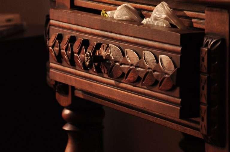 mueble color caoba antiguo tallado de madera